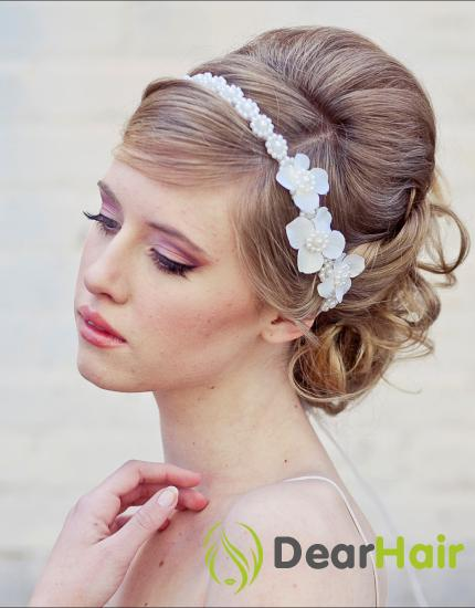 Девушка с белым ободком