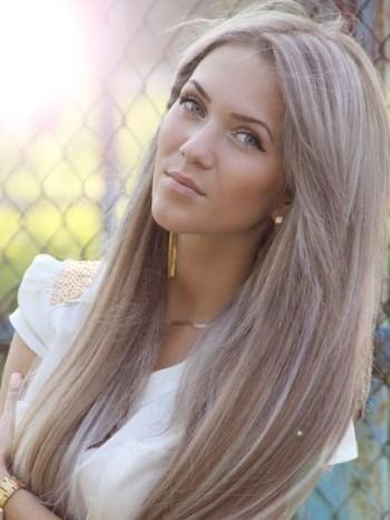 девушка с пепельно-русыми волосами