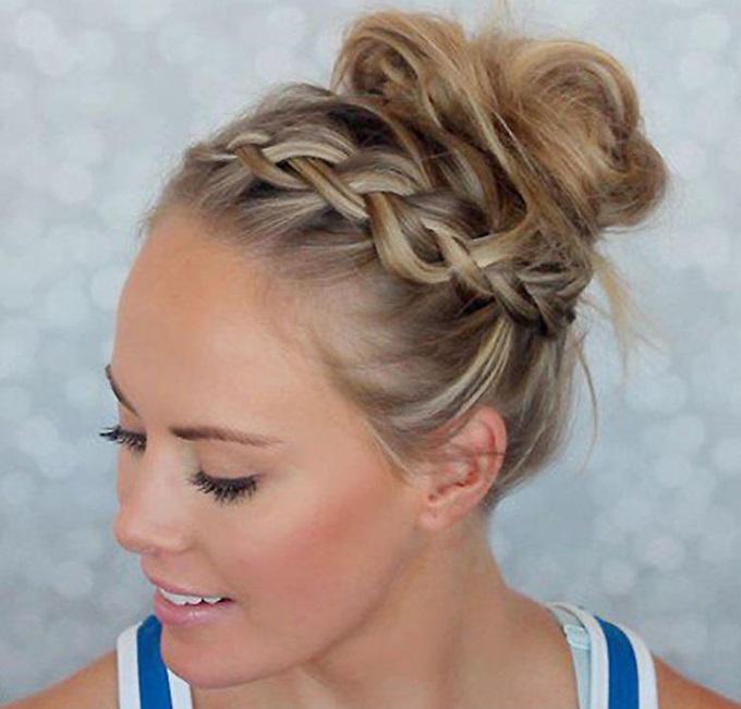 Спортивная прическа - волосы собраны в пучок