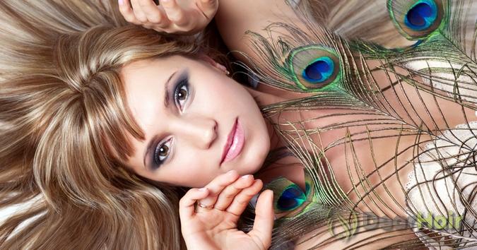 Девушка с перьями павлина