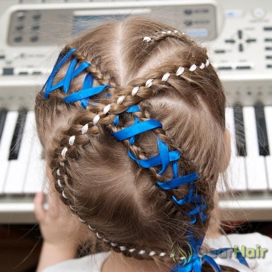 Прическа на длинные волосы с лентой для девочки