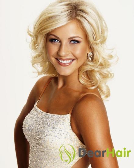 Блондинка в белом топе