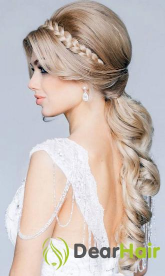 Блондинка в платье с короткими рукавами