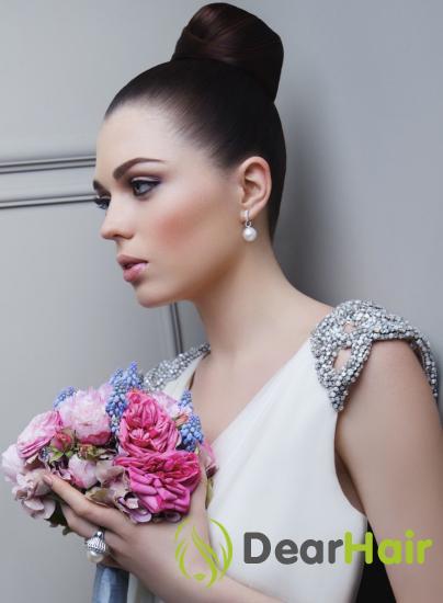 Брюнетка с букетом розовых цветов